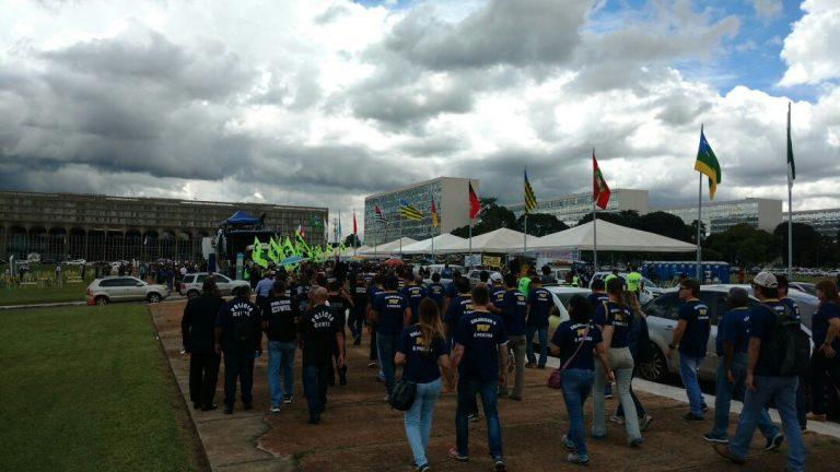 Policiais protestam em frente ao Congresso contra a reforma da Previdência