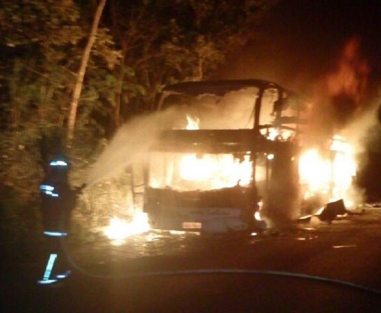 Ônibus pega fogo na BR 153