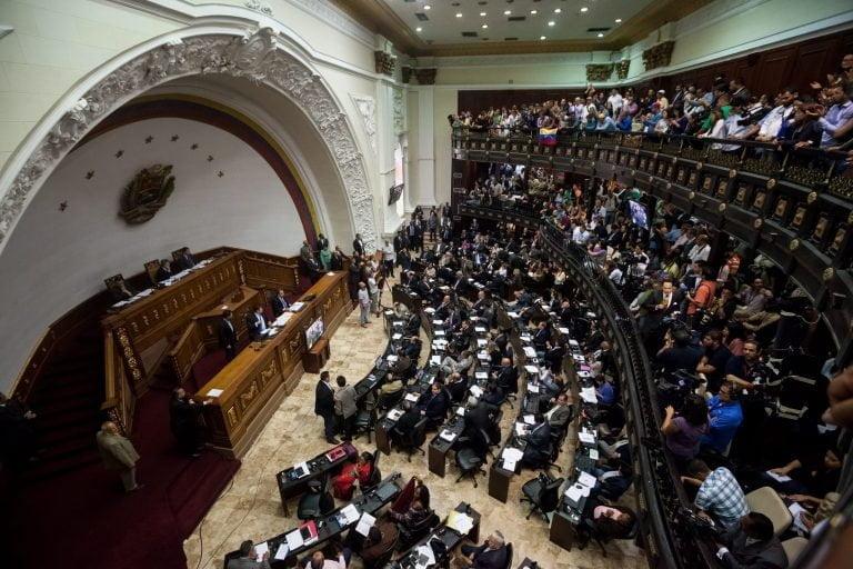 Deputados opositores são impedidos de entrar no Parlamento da Venezuela