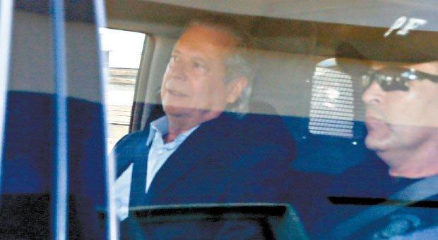 José Dirceu é alvo de protestos ao chegar em apartamento no DF