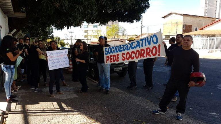 Manifestantes protestam em frente à Secretaria Cidadã