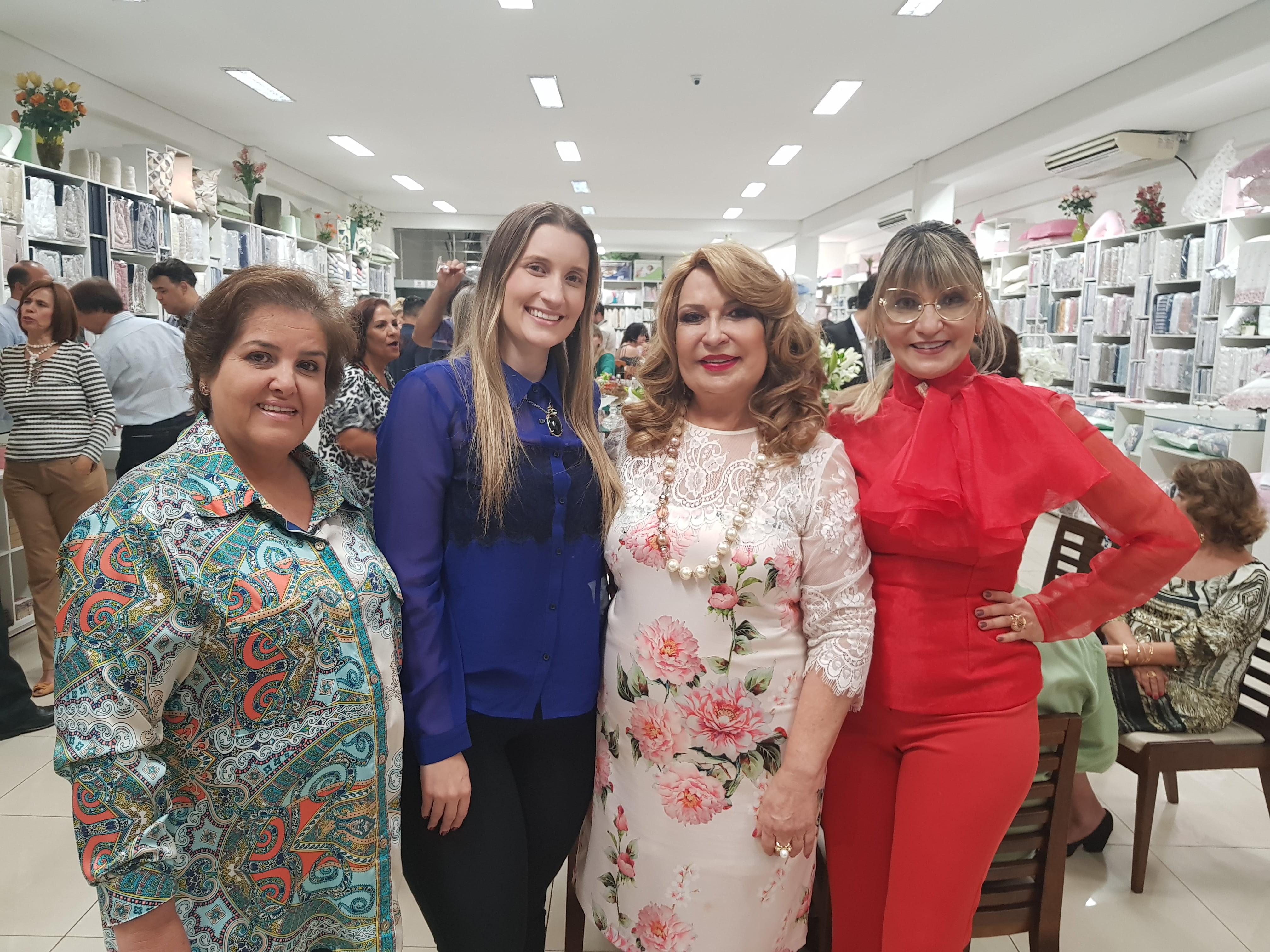 A empresária Marly Muniz e as estilistas Natália Gouveia e Maisa Gouveia prestigiaram Terezinha Rezende (terceira à dir.), durante coquetel de lançamento da 12ª edição da Revista Noivas e Festas