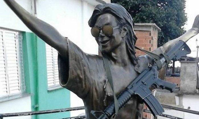 Traficantes colocam fuzil em estátua de Michael Jackson e foto circula