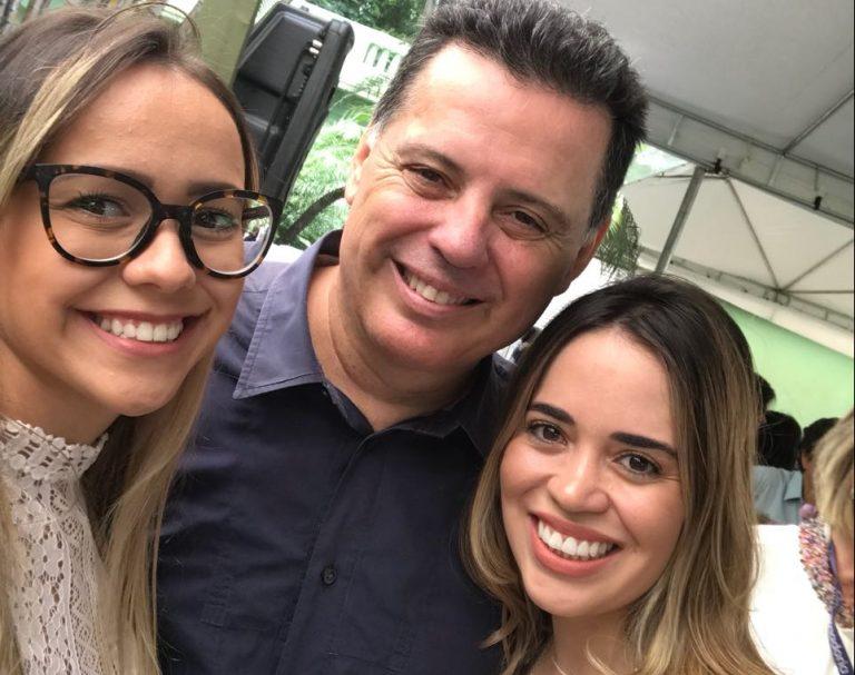 Família Perillo se emociona ao despedir-se de servidores do Palácio das Esmeraldas