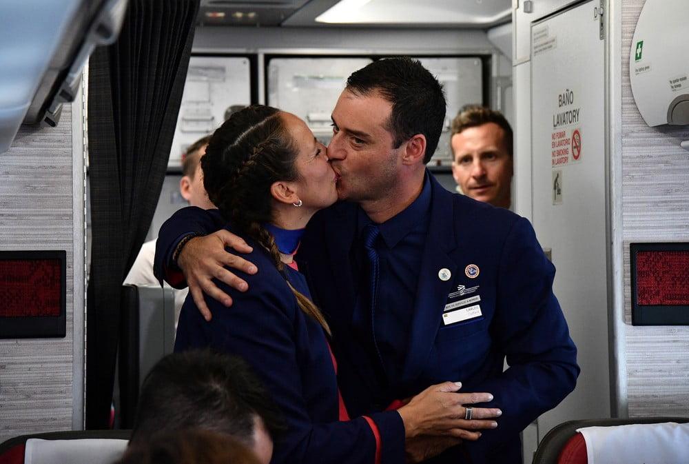Papa celebra casamento de comissários de bordo durante voo no Chile
