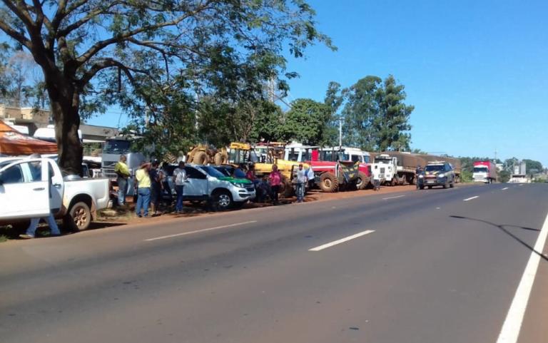 Associação Brasileira dos Caminhoneiros assina acordo com governo e pede fim da paralisação