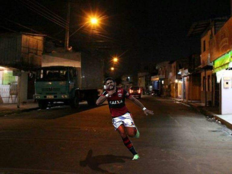 Henrique Dourado festeja gol anulado