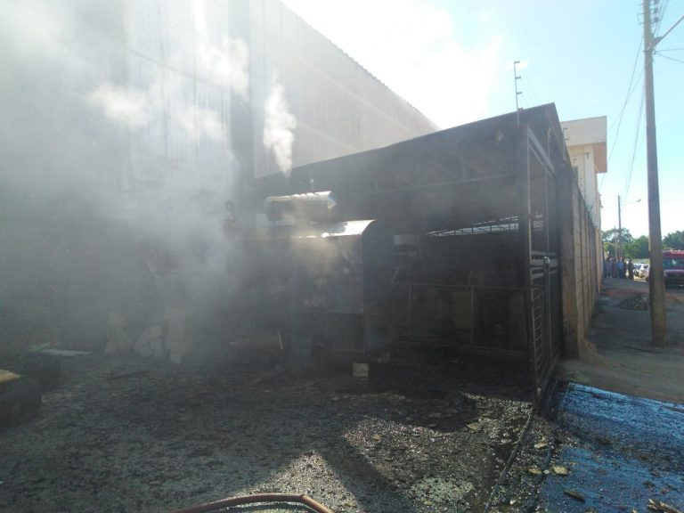 Bombeiros combatem incêndio em fábrica no Setor Goiânia 2
