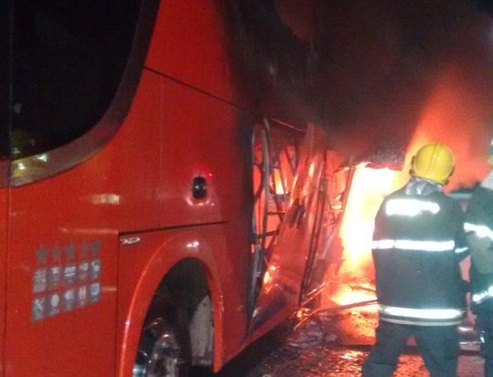 Bombeiros Militares de Porangatu combatem incêndio em ônibus de turismo