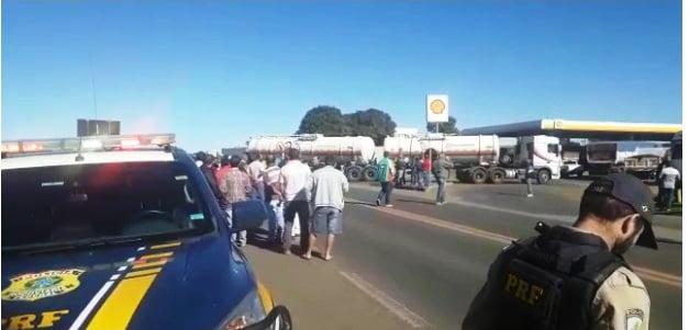 Caminhoneiros bloqueiam três rodovias em Goiás