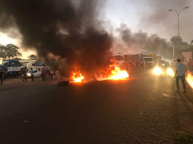 Protesto de caminhoneiros continua em dez rodovias de Goiás