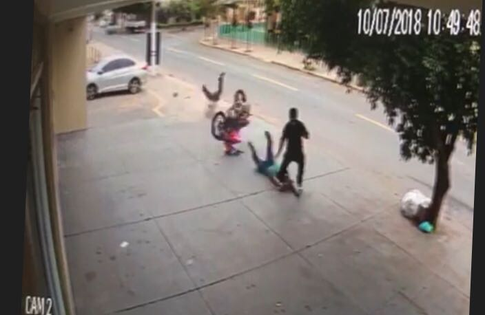 Moto desgovernada atropela dois homens