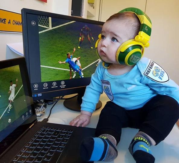 Pais fantasiam bebê para a Copa e fotos fazem sucesso na web
