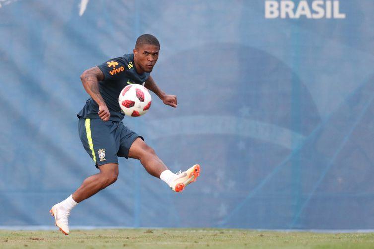 Após lesão, Douglas Costa é liberado para o jogo contra a Bélgica