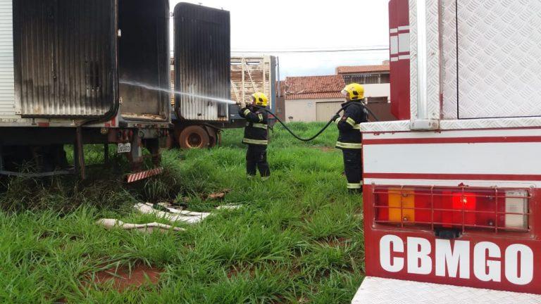 Corpo de Bombeiros de Rio Verde combate incêndio em carreta
