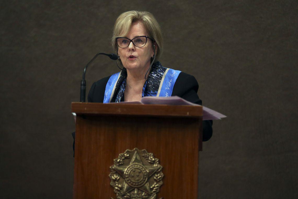 A presidente do TSE, ministra Rosa Weber,  durante entrevista coletiva sobre medidas de combate à disseminação de notícias falsas (fake news) nas redes sociais. / Foto: José Cruz / Agência Brasil.