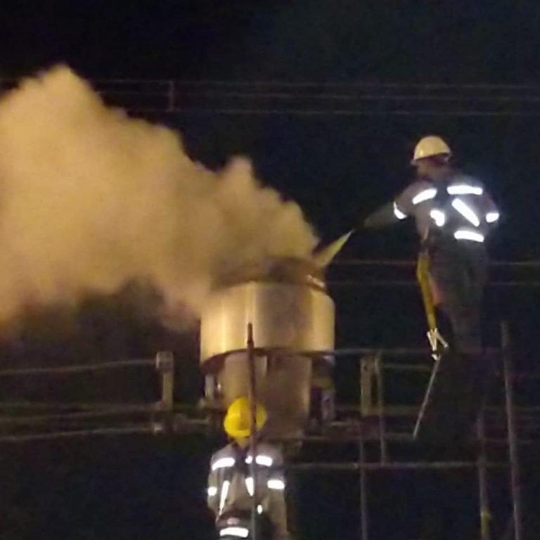 Bombeiros combatem incêndio em subestação elétrica de Trindade