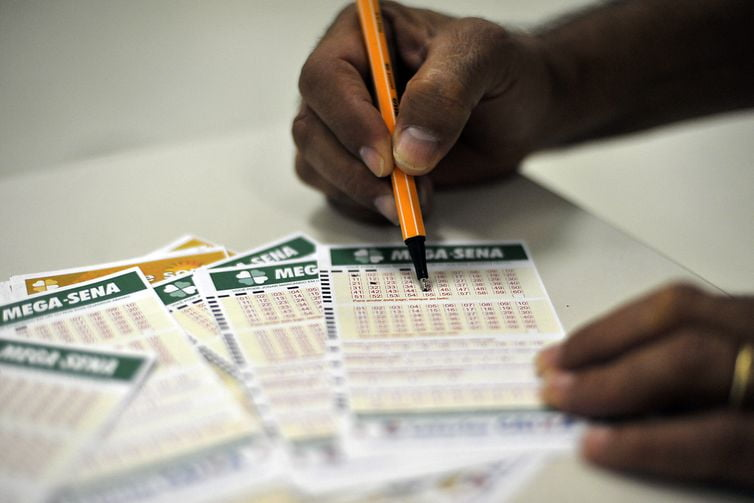 Apostas podem ser feitas em casas lotéricas ou pelo sistema online de loterias da Caixa. / Foto: Arquivo / Agência Brasil.
