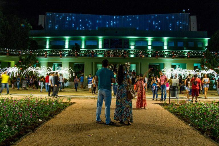 Praça Cívica recebe iluminação para a 20ª edição do Show de Natal