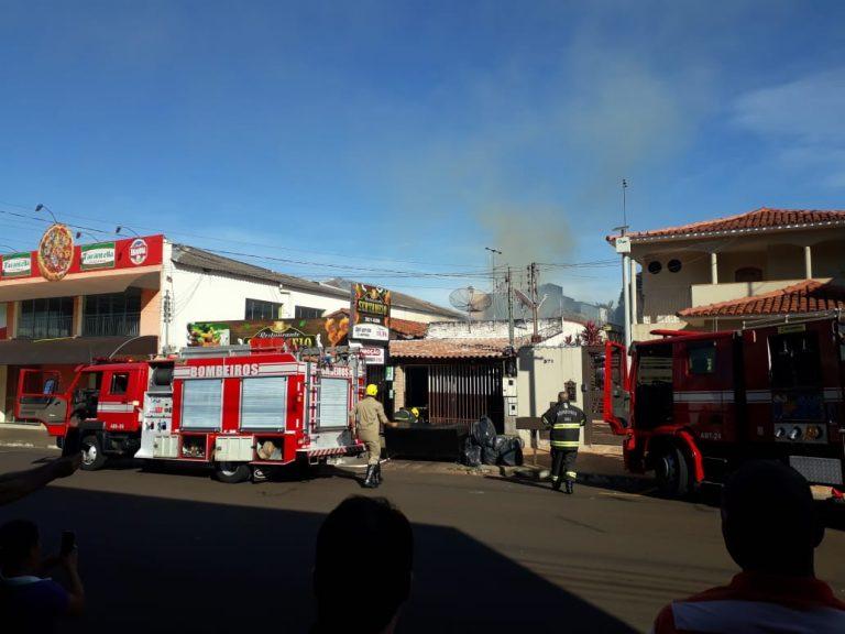 Bombeiros Militares de Rio Verde combatem incêndio em restaurante