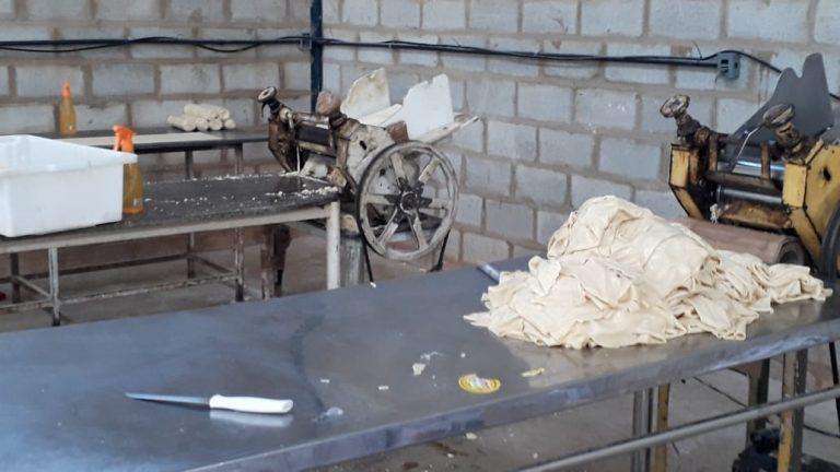 Decon realiza operação em fábrica clandestina de massas