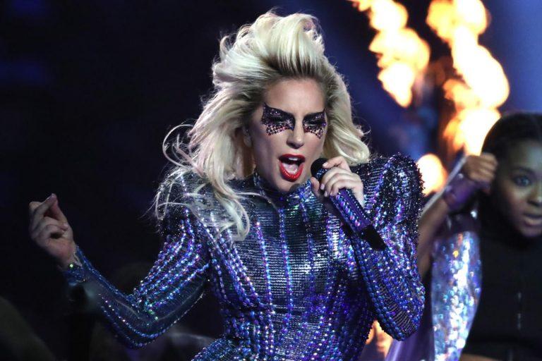 Lady Gaga desbanca concorrentes, leva três prêmios no Grammy e se emociona