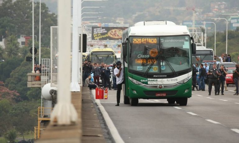 Homem sequestra ônibus na Ponte Rio-Niterói