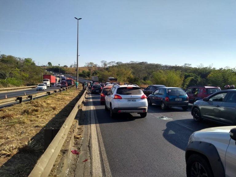 Engavetamento provoca congestionamento na BR-153, em Aparecida de Goiânia