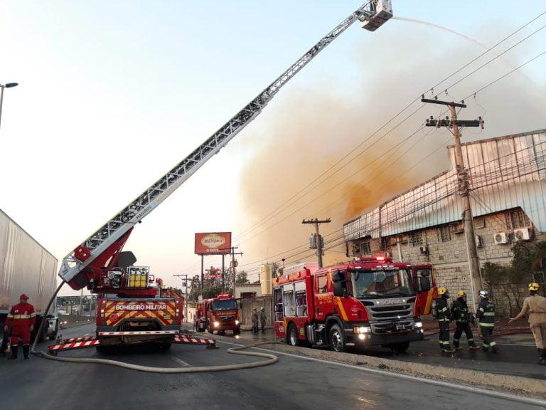Incêndio atinge galpão de empresa nas margens da BR-153