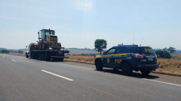 Homem é detido por transportar máquina agrícola roubada
