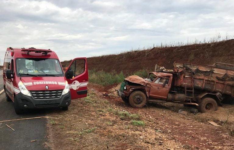 Caminhão perde freio e capota na BR-070, em Itaberaí