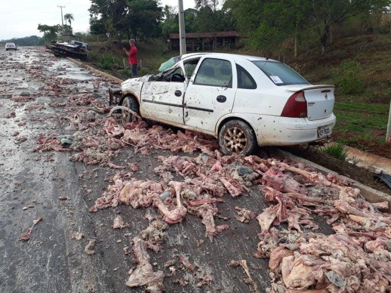 Caminhão com descarte de abatedouro derrama carga e provoca acidente em rodovia