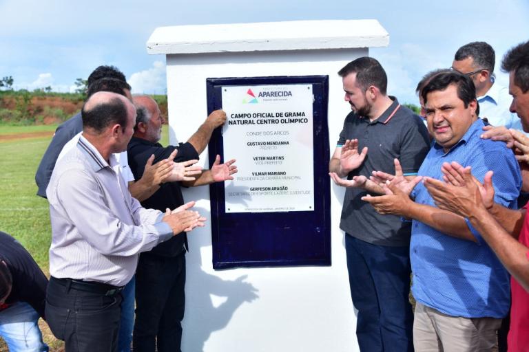 Gustavo inaugura campo oficial com grama natural no Centro Olímpico