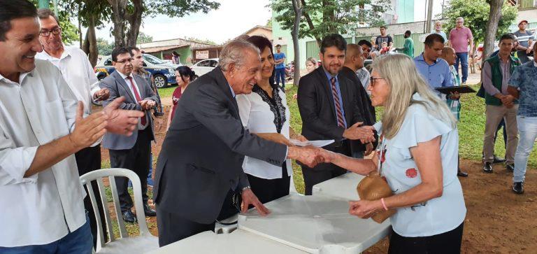 Famílias do Goiânia Viva recebem escrituras de seus imóveis de Iris Rezende