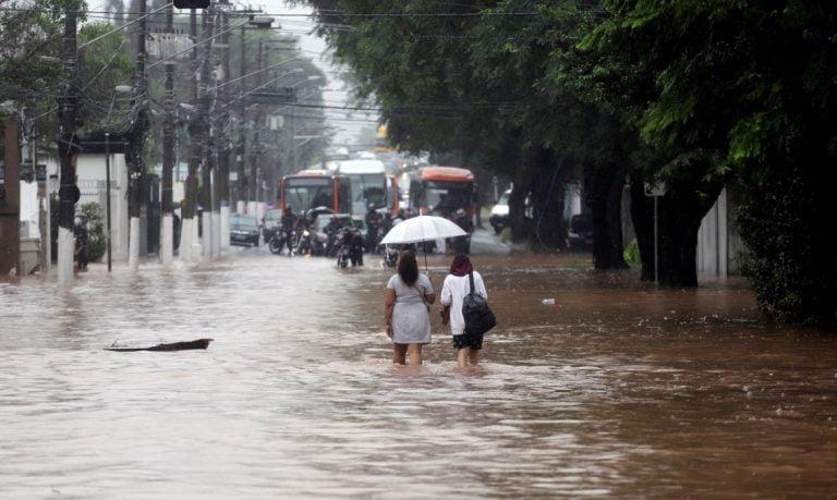 Chuva intensa causa enchentes e paralisa o trânsito em São Paulo