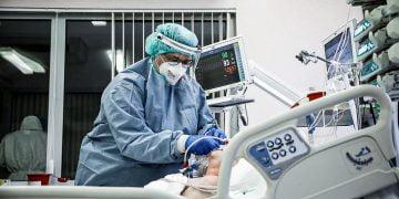 Paciente com Covid é tratado em hospital 14/4/2021   REUTERS/Kacper Pempel