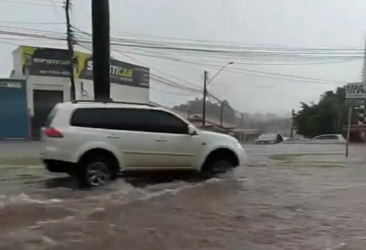 Ruas alagadas em Rio Verde após chuva